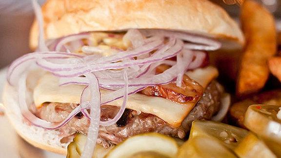 Chef Joey Baldino reviews Grass-fed cheeseburger at South Philadelphia Tap Room