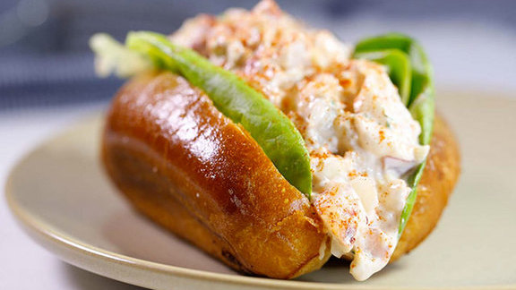 Chef Lon Symensma reviews New England lobster roll at