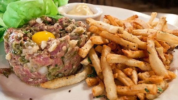 Chef Carson Symmonds reviews Steak tartare at Justine's Brasserie
