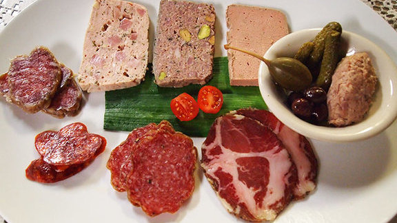 Chef Aaron Franklin reviews Assiette de charcuterie at