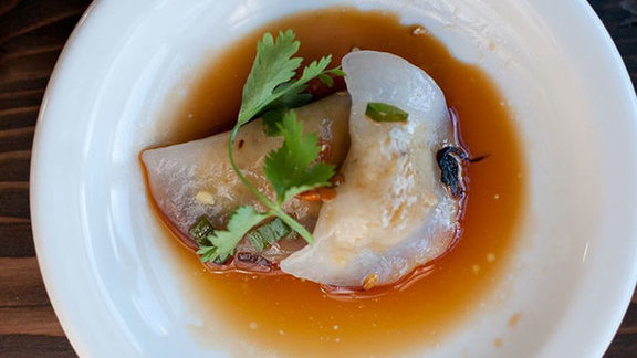 Chef Thierry Rautureau reviews Huế dumpling at