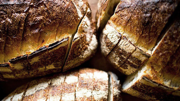Chef Teague Moriarty reviews Country bread at Tartine Bakery