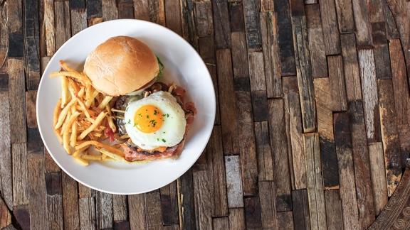 Chef Josh Niernberg reviews The bin burger at