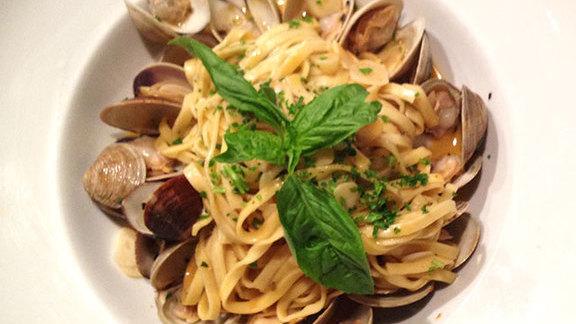 Spaghetti w/ clams at Tutto Pasta