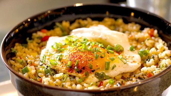 Chef Julian Barsotti reviews Thai fried rice w/ farm fresh egg at