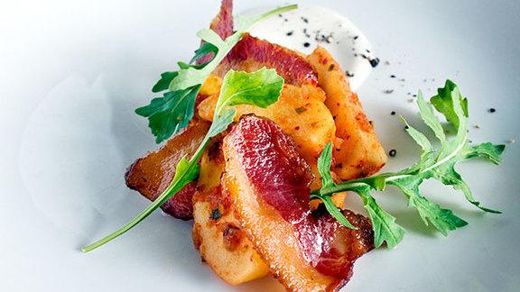 Chef Damon Wise reviews Fuji apple kimchi at Momofuku Ssäm Bar