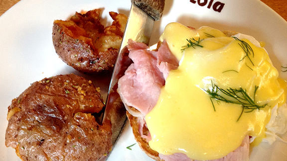 Chef John Howie reviews Eggs benedict at