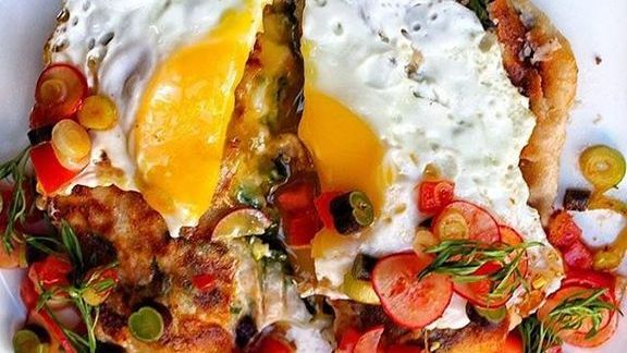 Chef John Fraser reviews Mad hatter pie with fried egg, cranberry beans, cheese, pico de gallo and avocado  at NIX