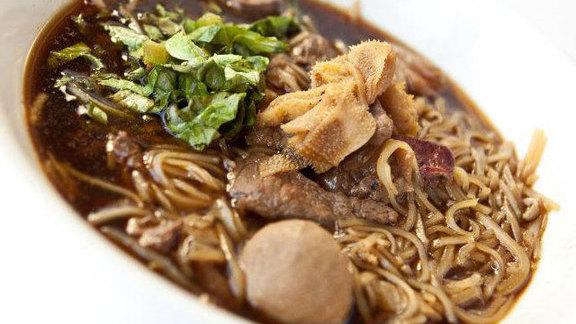 Chef Jazz Singsanong reviews Wat Dong Moon Lek beef noodles at