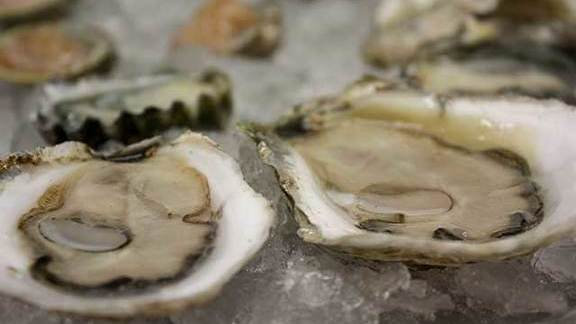 Chef David Hawksworth reviews Oysters at