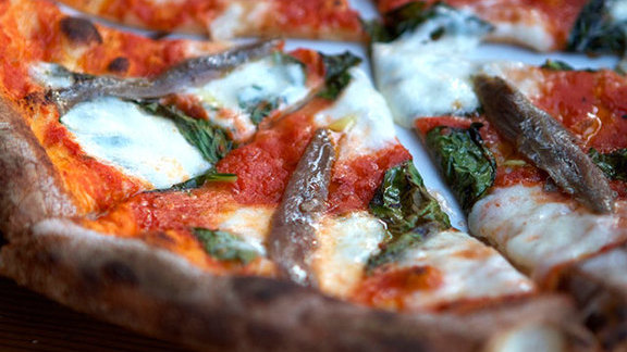 Chef Cristina Baez reviews Pizza at