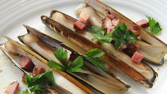 Chef Azita Bina-Seibel reviews Local razor clams at
