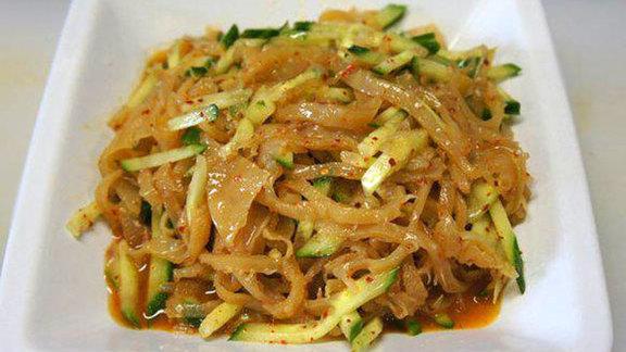 Chef Nong Poonsukwattana reviews Jellyfish salad at