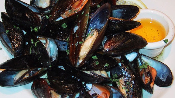 Chef Frank McClelland reviews Smokey skillet roasted mussels at