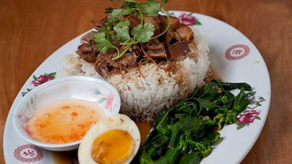 Chef Sarah Pliner reviews Khao kha muu at Nong's Khao Man Gai