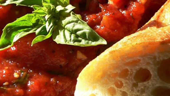 Chef Richard Hales reviews Bread w/ tomato dipping sauce at