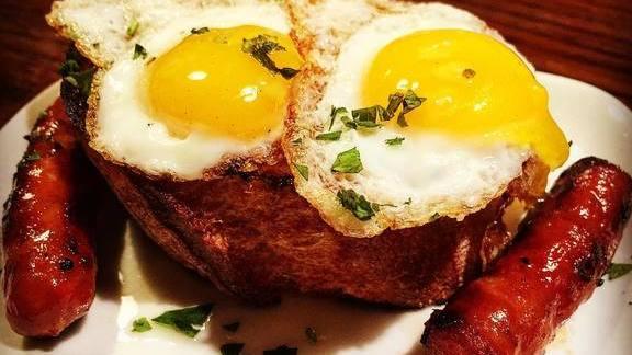 Txistorra and quail eggs on the plancha with toast at Despaña