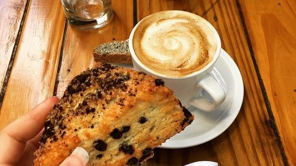 Chef Dallas Wynne reviews Chocolate chip scones and cafe latte at Ariete
