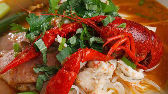 Chef Nguyet Nguyen reviews Crawfish pho at