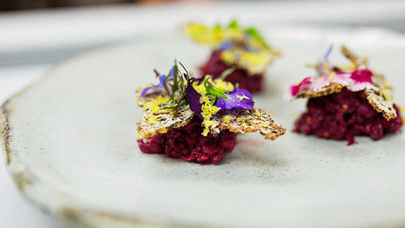 Chef Josh Walker reviews Beef tartare at