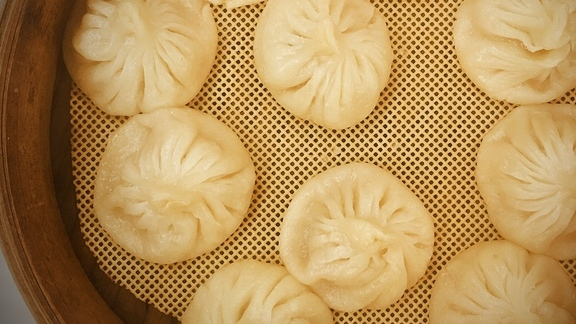 Chef Uno Immanivong  reviews Soup dumplings  at
