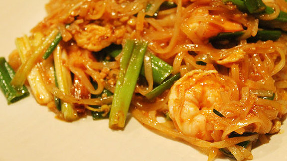 Chef Andy Henderson reviews Pad thai at
