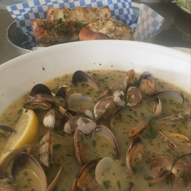 Steamed clams and garlic bread at Anchor Oyster Bar