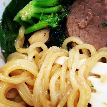 Noodle dish with broccoli and beef at Honeygrow